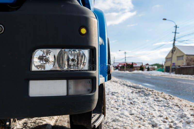 在焦点在一辆大卡车,空的柏油路的车灯 库存图片