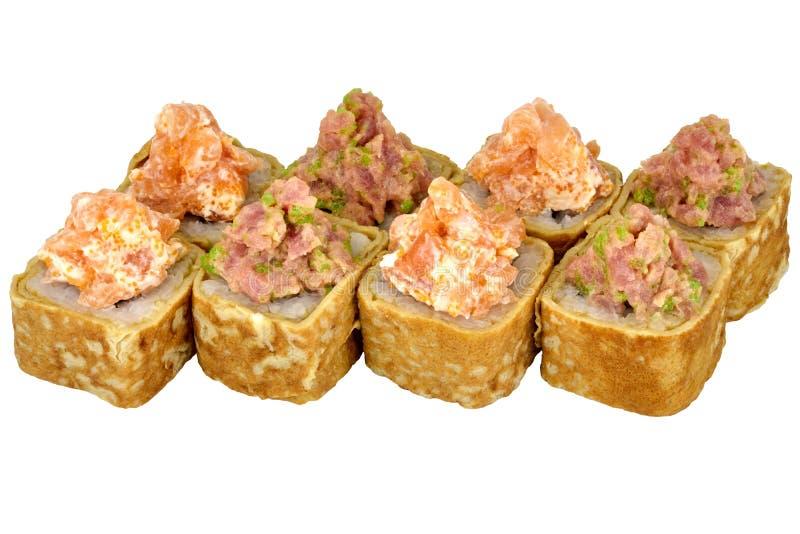 在煎蛋卷的白色背景加利福尼亚寿司卷寿司卷被隔绝的日本料理与金枪鱼和三文鱼特写镜头 库存图片