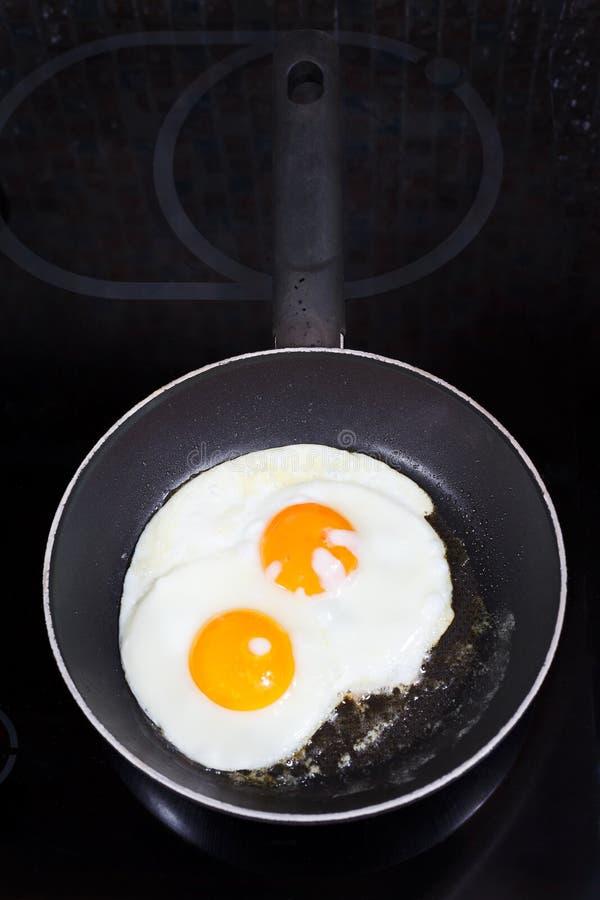 在煎锅的两个准备的煎蛋 图库摄影
