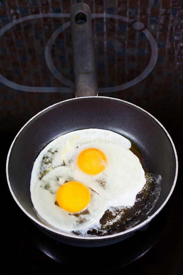 在煎锅的两个煎蛋 免版税库存图片