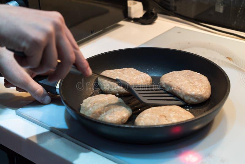 在煎锅的油炸物炸肉排 库存照片