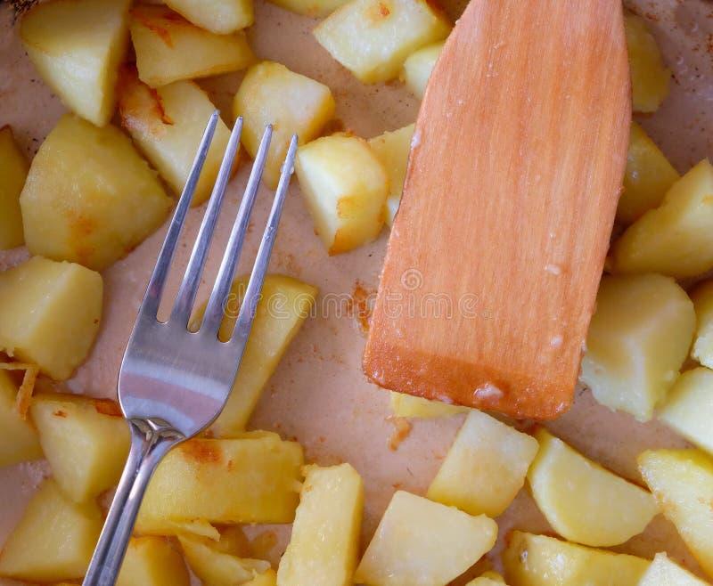 在煎锅的油煎的土豆 免版税库存照片