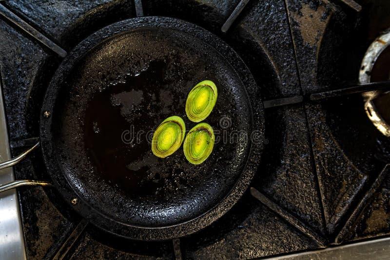 在煎锅的烤韭葱 免版税库存图片
