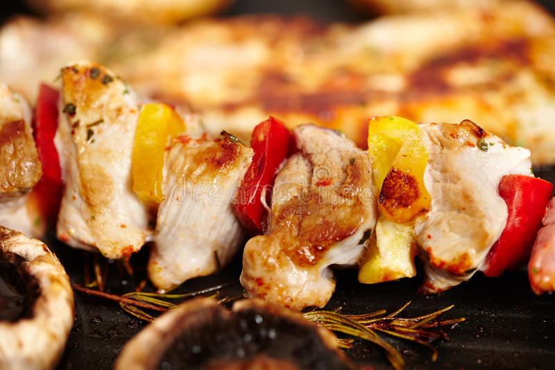 在煎锅的猪肉和蘑菇蘑菇 库存图片