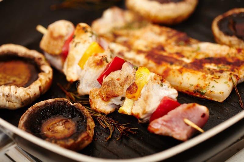 在煎锅的猪肉和蘑菇蘑菇 库存照片