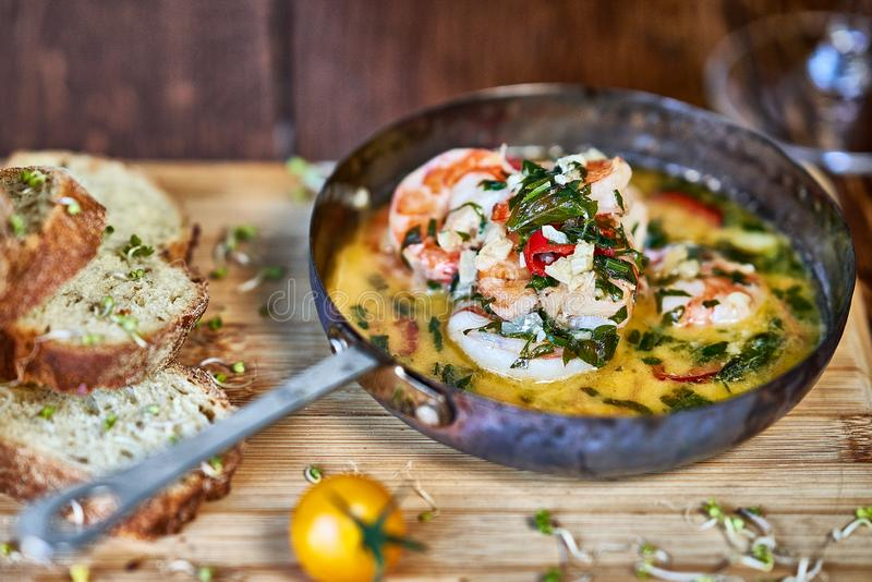 在煎锅的辣大蒜辣椒大虾虾用柠檬和香菜 图库摄影