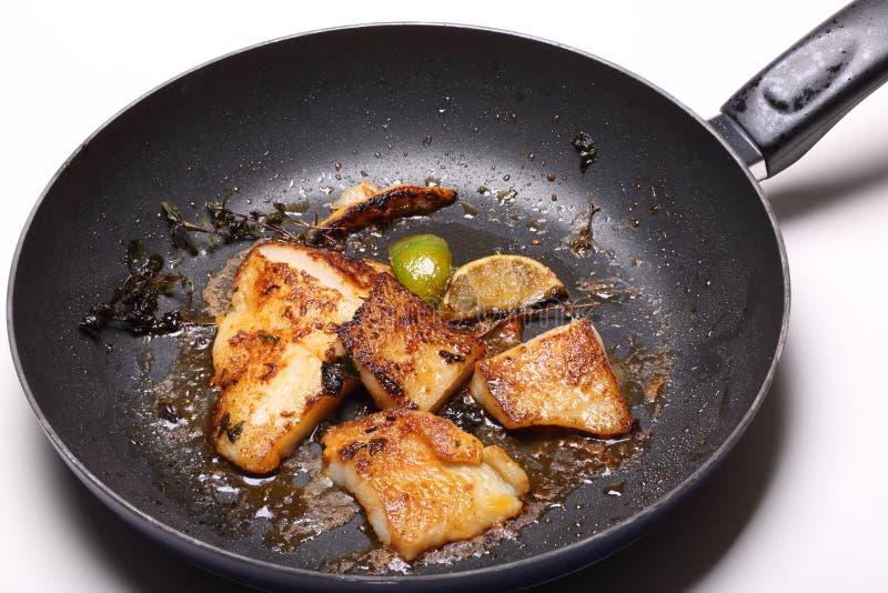 在煎锅的鱼片 库存照片