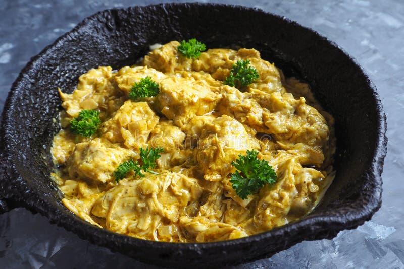 在煎锅的鸡tikka masala辣咖喱肉食物 免版税库存照片