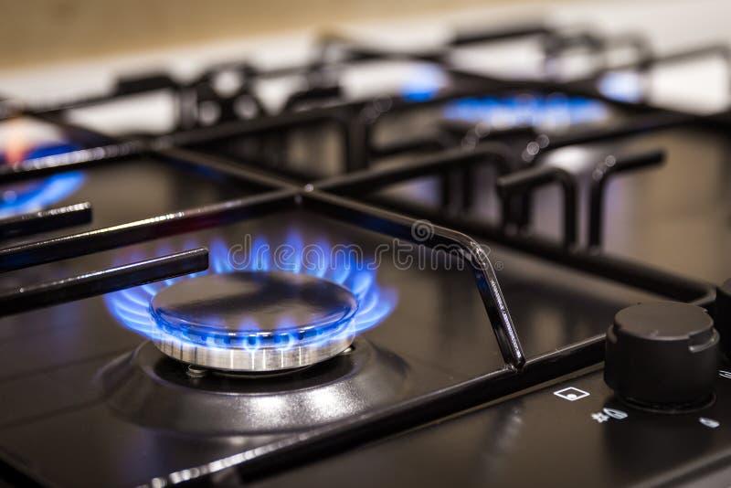 在煤气炉燃烧器的蓝焰在家 免版税库存图片