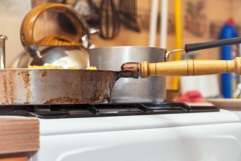 在煤气炉特写镜头的平底锅 厨房用具 免版税库存照片