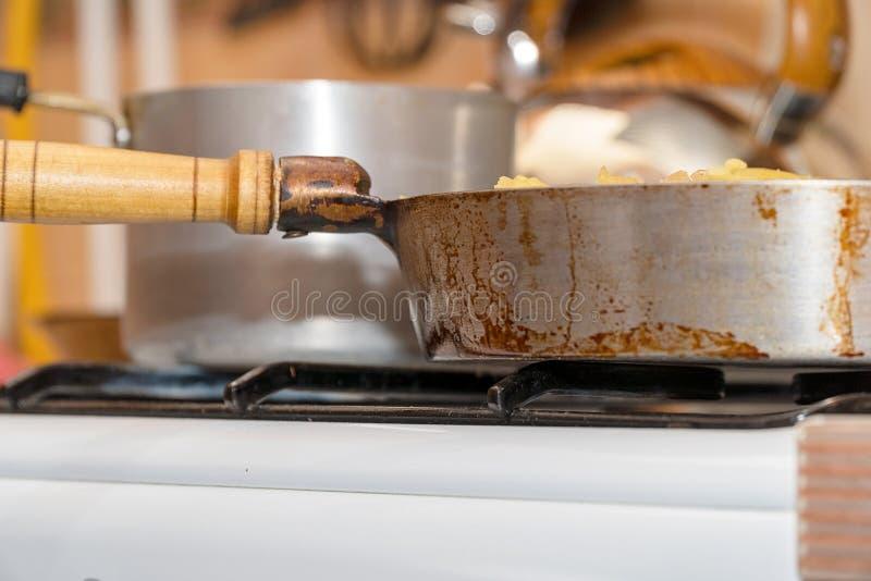 在煤气炉特写镜头的平底锅 厨房用具 库存图片