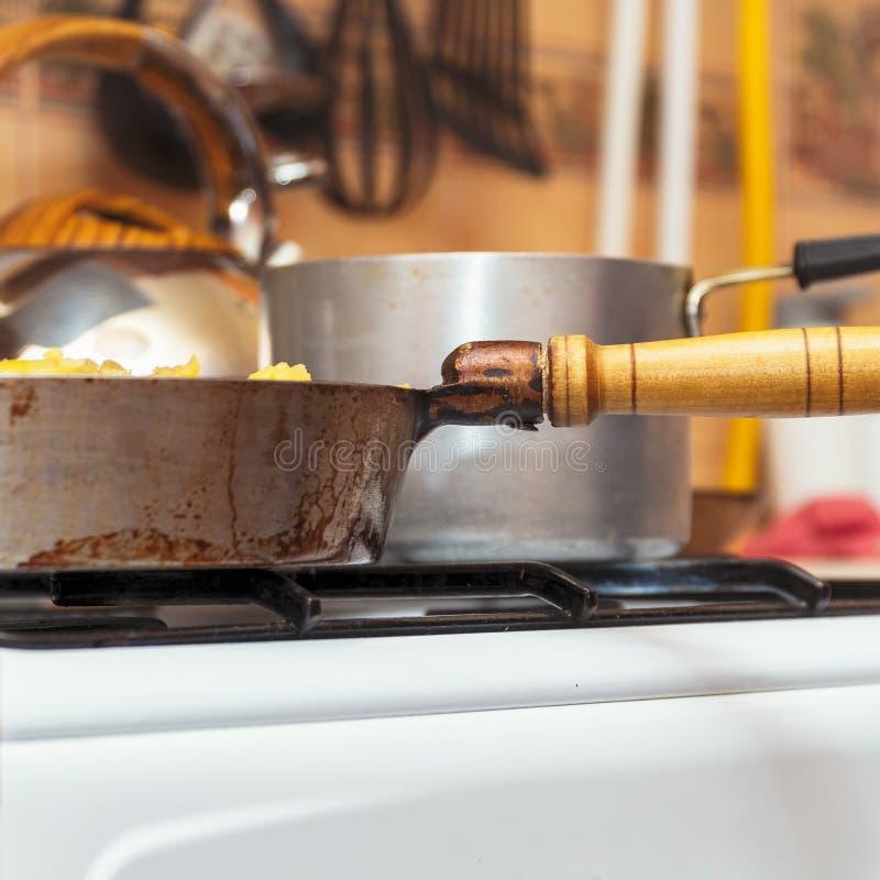 在煤气炉特写镜头的平底锅 厨房用具 免版税库存图片