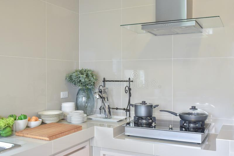 在煤气炉的不锈的平底锅与器物在现代厨房里在家 图库摄影