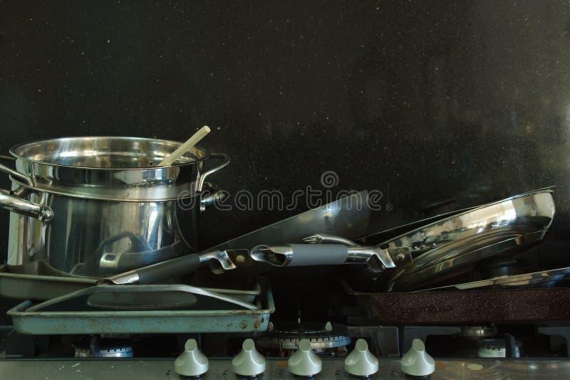 在煤气炉的肮脏的平底锅有黑背景4 免版税图库摄影