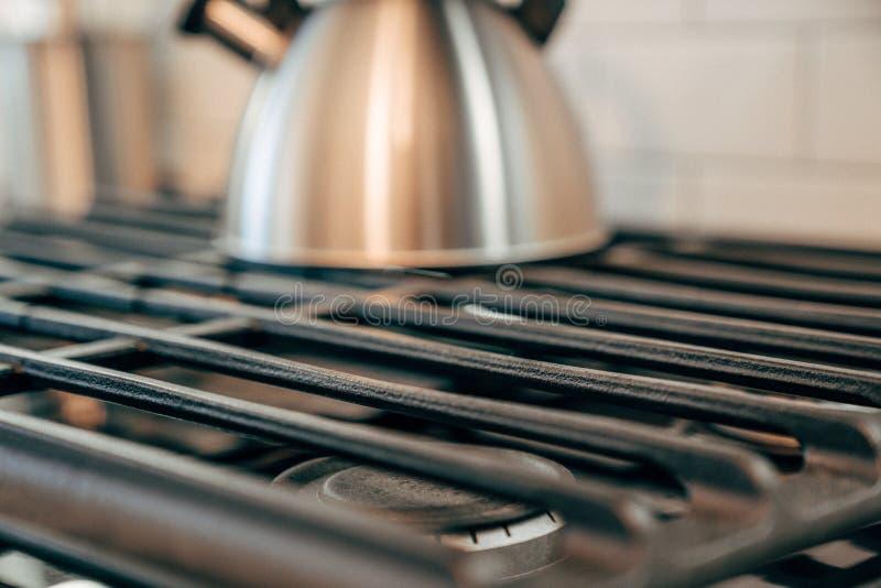 在煤气炉的金属茶壶 免版税库存图片