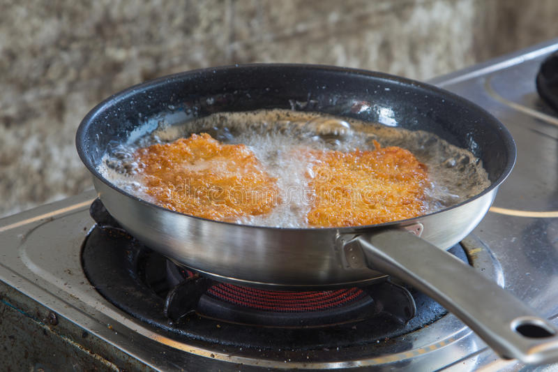 在煤气炉的面包猪肉炒饭 库存照片