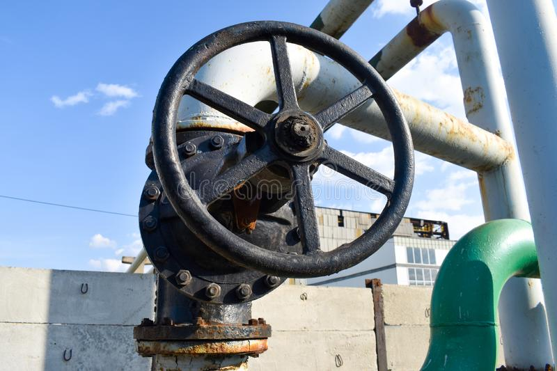 在煤气管网络的大管子螺丝攻 库存照片