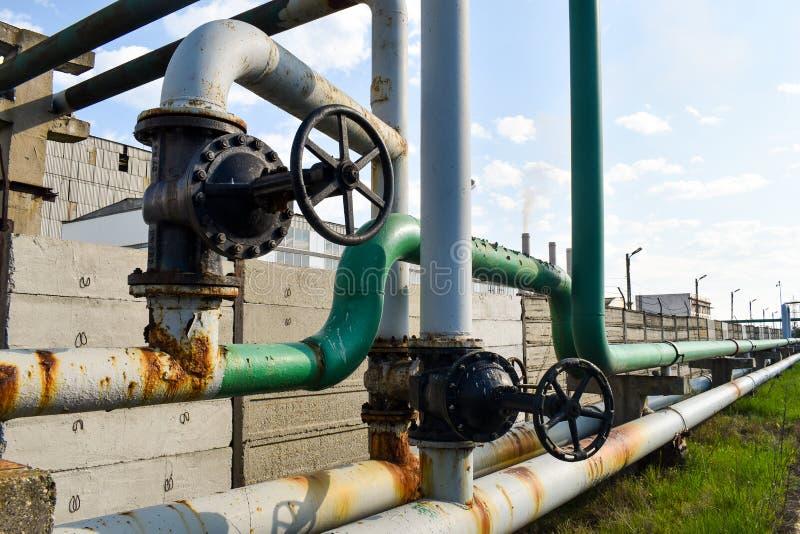 在煤气管网络的大管子螺丝攻 免版税图库摄影