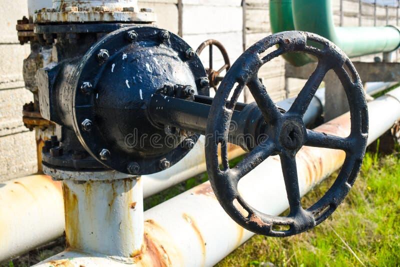 在煤气管网络的大管子螺丝攻 免版税库存照片