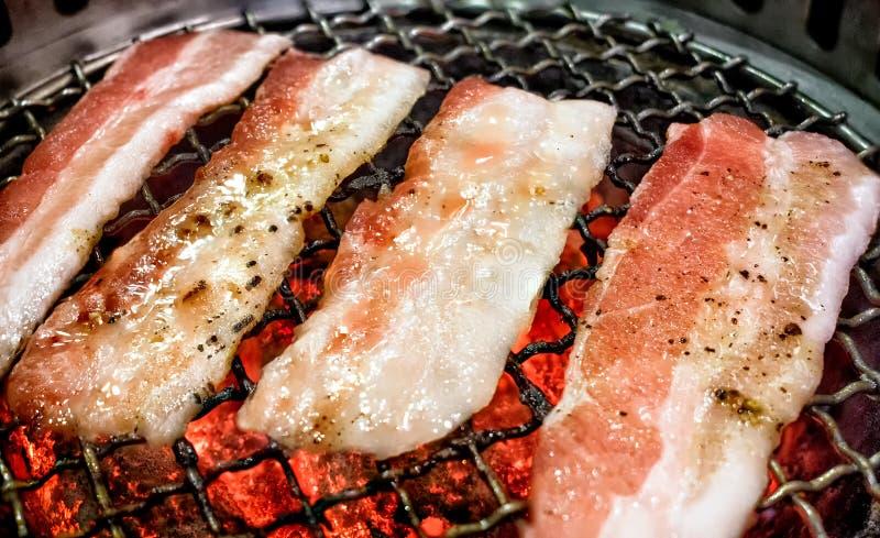 在煤炭格栅的日本人Yakiniku用卤汁泡的猪肚切片 图库摄影