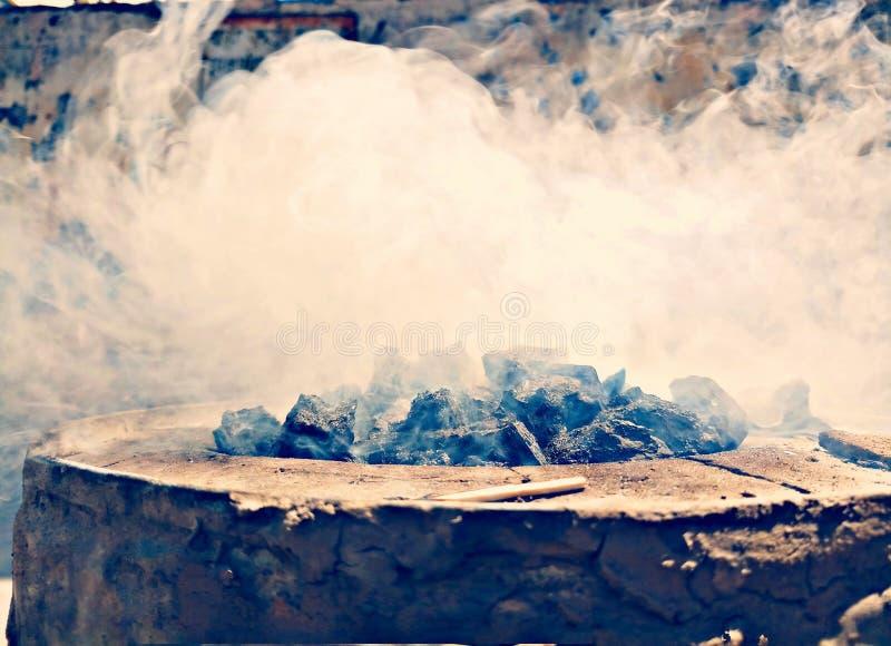 在煤炭的烟 免版税库存图片