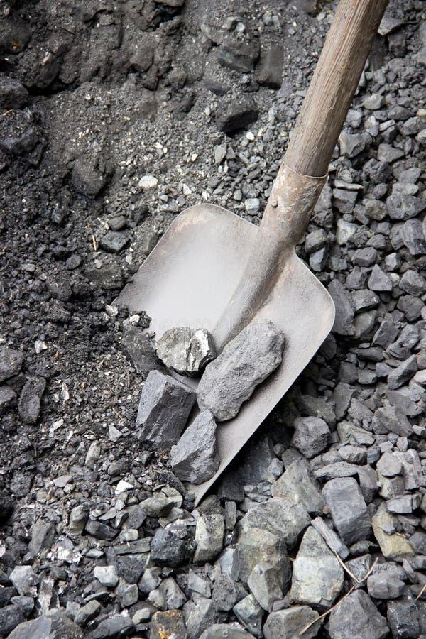 在煤炭的老铁锹 库存照片