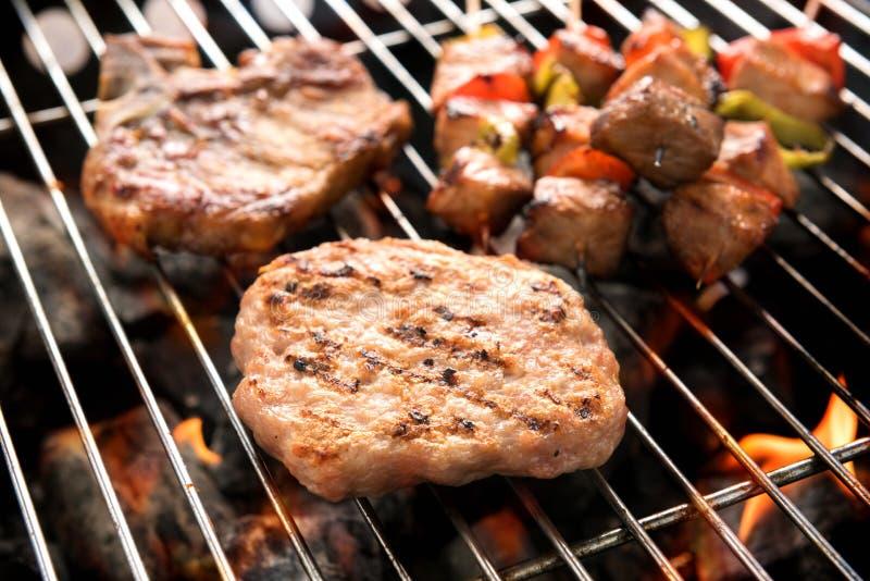 在煤炭的被分类的可口烤肉在烤肉 库存照片