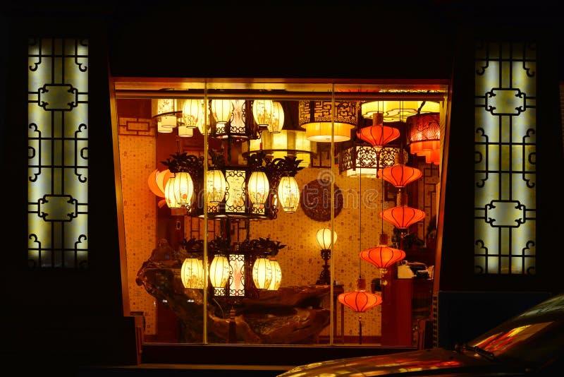 在照明设备的中国古典照明设备购物,商业照明设备,家具灯 免版税库存图片