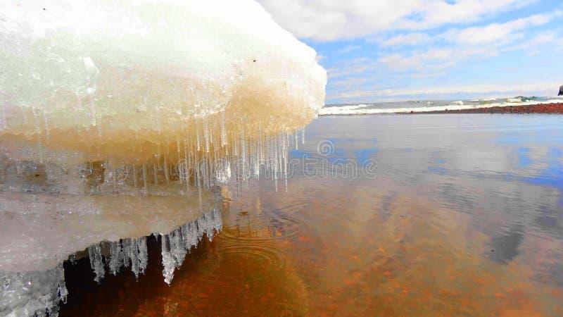 在熔化的雪的冰柱在苏必利尔湖在春天 库存图片