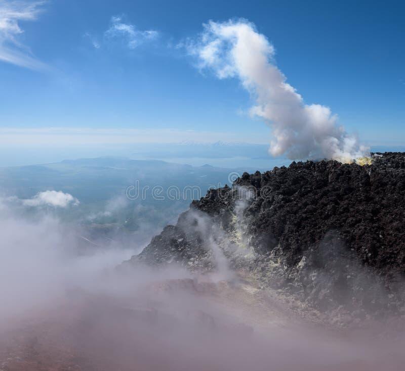 在熔岩之间的喷气孔在阿瓦恰火山Volcano's火山口 库存照片