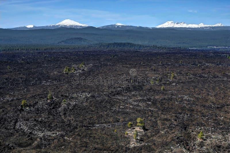 在熔岩小山近的弯和Sunriver的火山的领域 库存图片