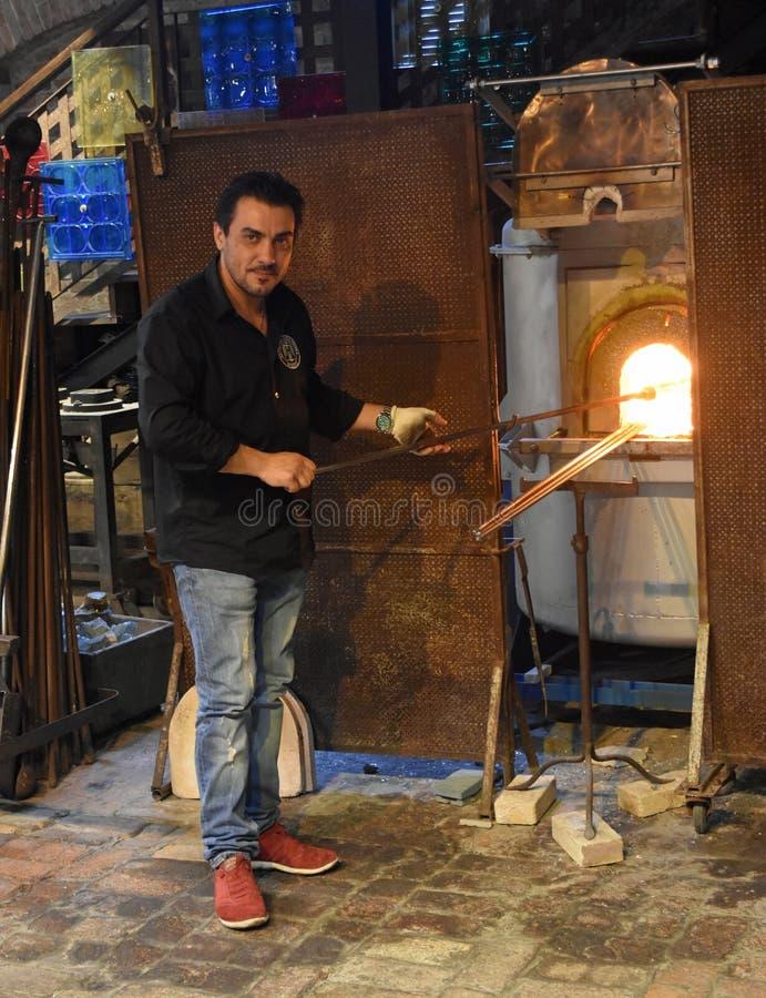 在熔炉的Murano玻璃工加热的玻璃 免版税库存照片