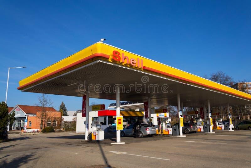 在燃料驻地的壳牌公司国际油和煤气公司商标 库存照片