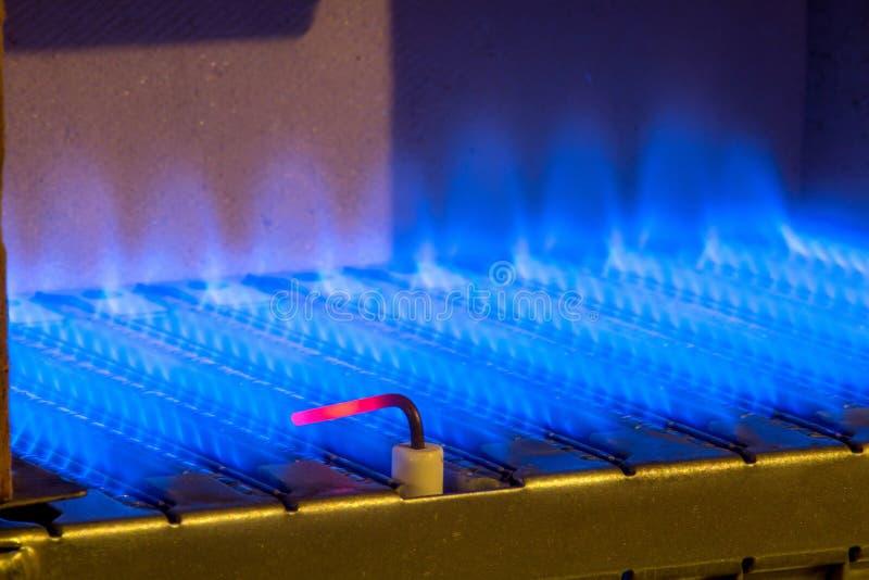 在燃气锅炉里面的气体火焰 免版税库存图片