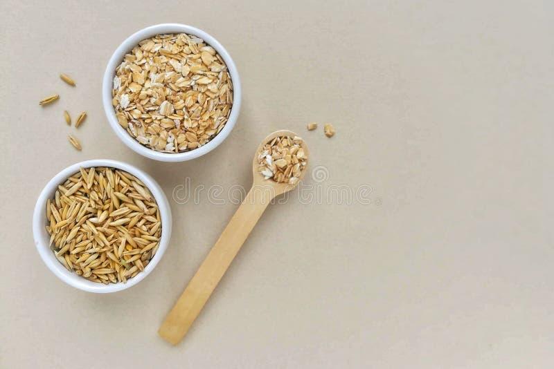 在燕麦木匙子和整个五谷的燕麦粥  免版税库存照片