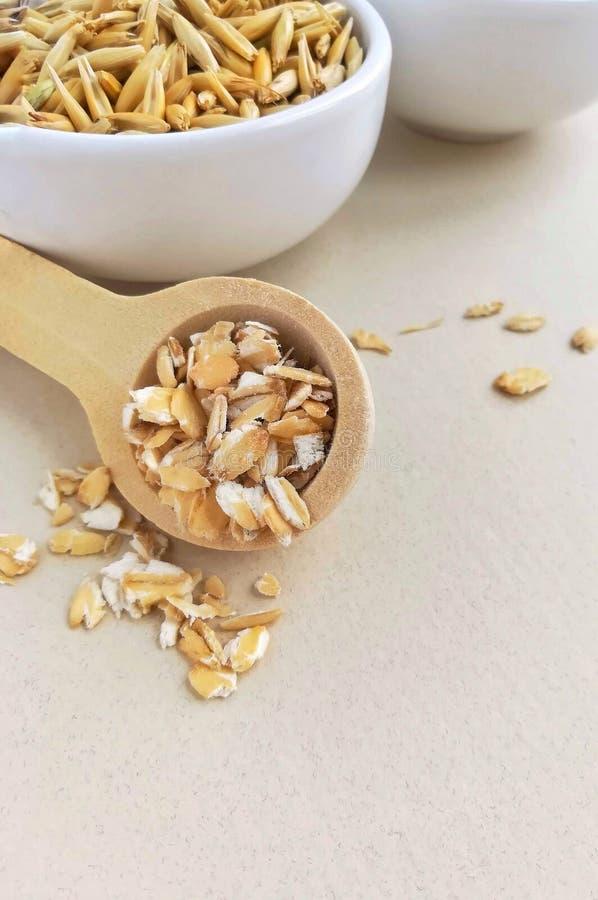 在燕麦木匙子和整个五谷的燕麦粥  免版税库存图片