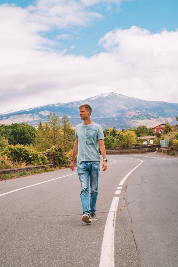 在爆发Etna火山的看法从偏僻的路 免版税库存照片