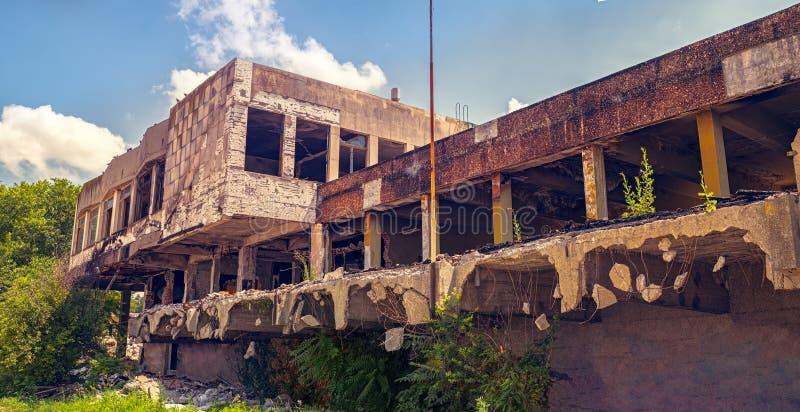 在爆破下的被放弃的被烧的大厦 免版税库存图片