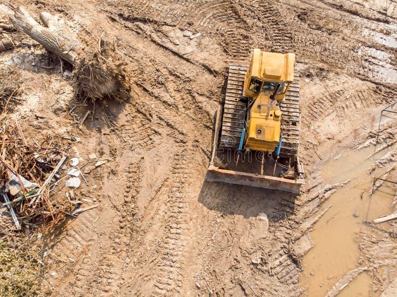 在爆破位置的推土机工作 免版税库存照片