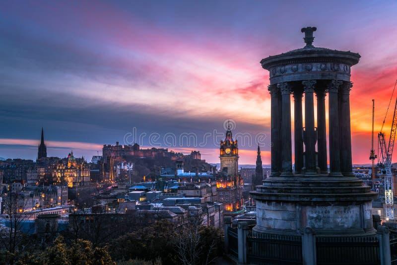 在爱丁堡市中心的惊人五颜六色的天空在黄昏 免版税图库摄影