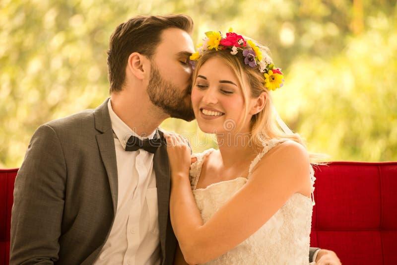 在爱亲吻在公园的婚礼新娘和新郎的年轻夫妇 新婚佳偶 特写镜头画象美丽有浪漫 图库摄影