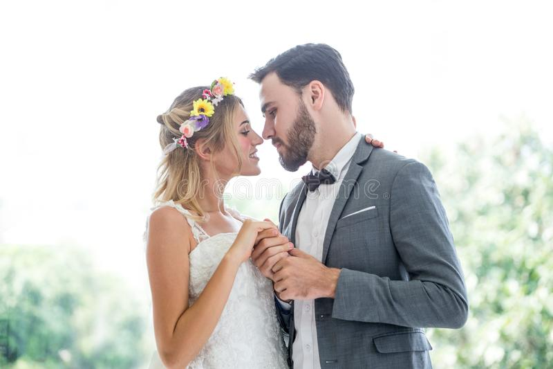 在爱亲吻在公园的婚礼新娘和新郎的年轻夫妇 新婚佳偶 特写镜头画象美丽有浪漫 免版税图库摄影