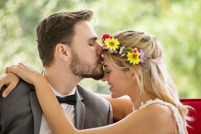 在爱亲吻在公园的婚礼新娘和新郎的年轻夫妇 新婚佳偶 特写镜头画象美丽有浪漫 库存照片
