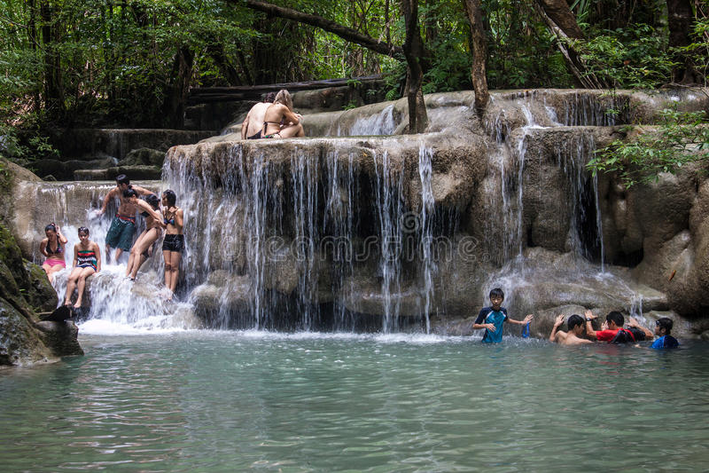 在爱侣湾瀑布的人浴 库存图片