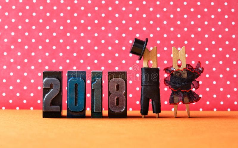 在爱党海报的2018年 修饰黑衣服帽子,新娘黑红色礼服 晒衣夹字符,婚姻的华伦泰 库存图片