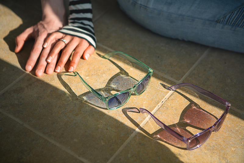 在爱夫妇坐握手的地板 库存照片