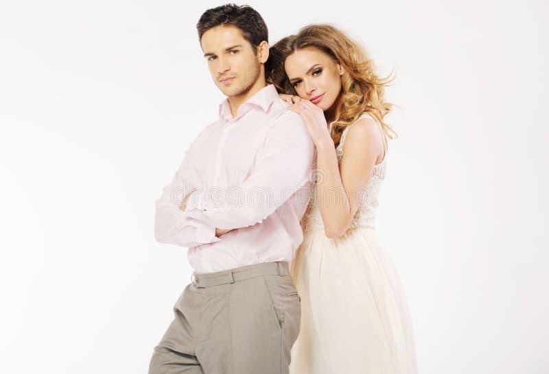 在爱姿态的年轻夫妇 免版税库存照片