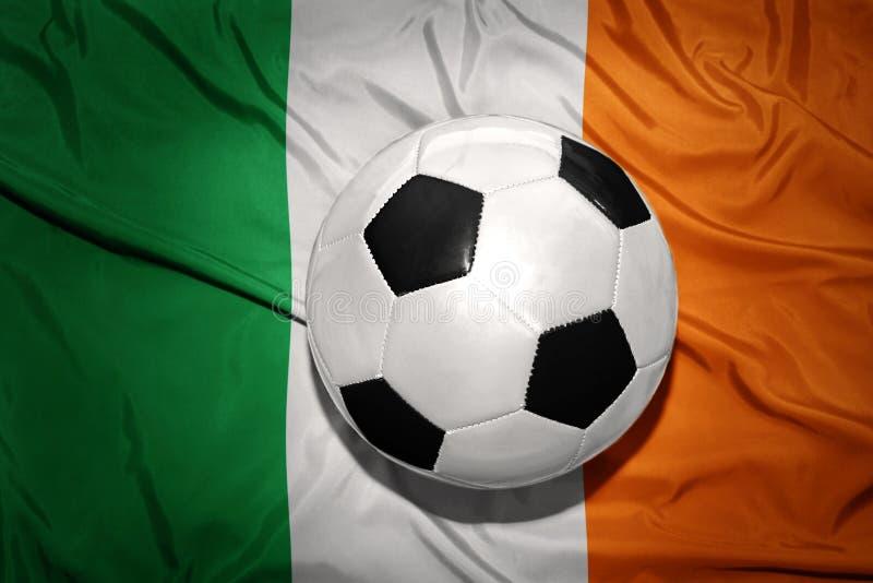 在爱尔兰的国旗的黑白橄榄球球 免版税库存图片