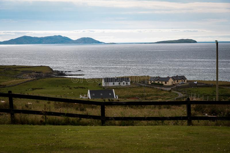 在爱尔兰的海岸的农舍 免版税图库摄影