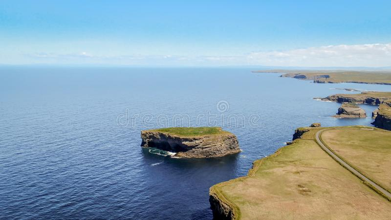 在爱尔兰的西海岸的美丽的Kilkee峭壁 图库摄影